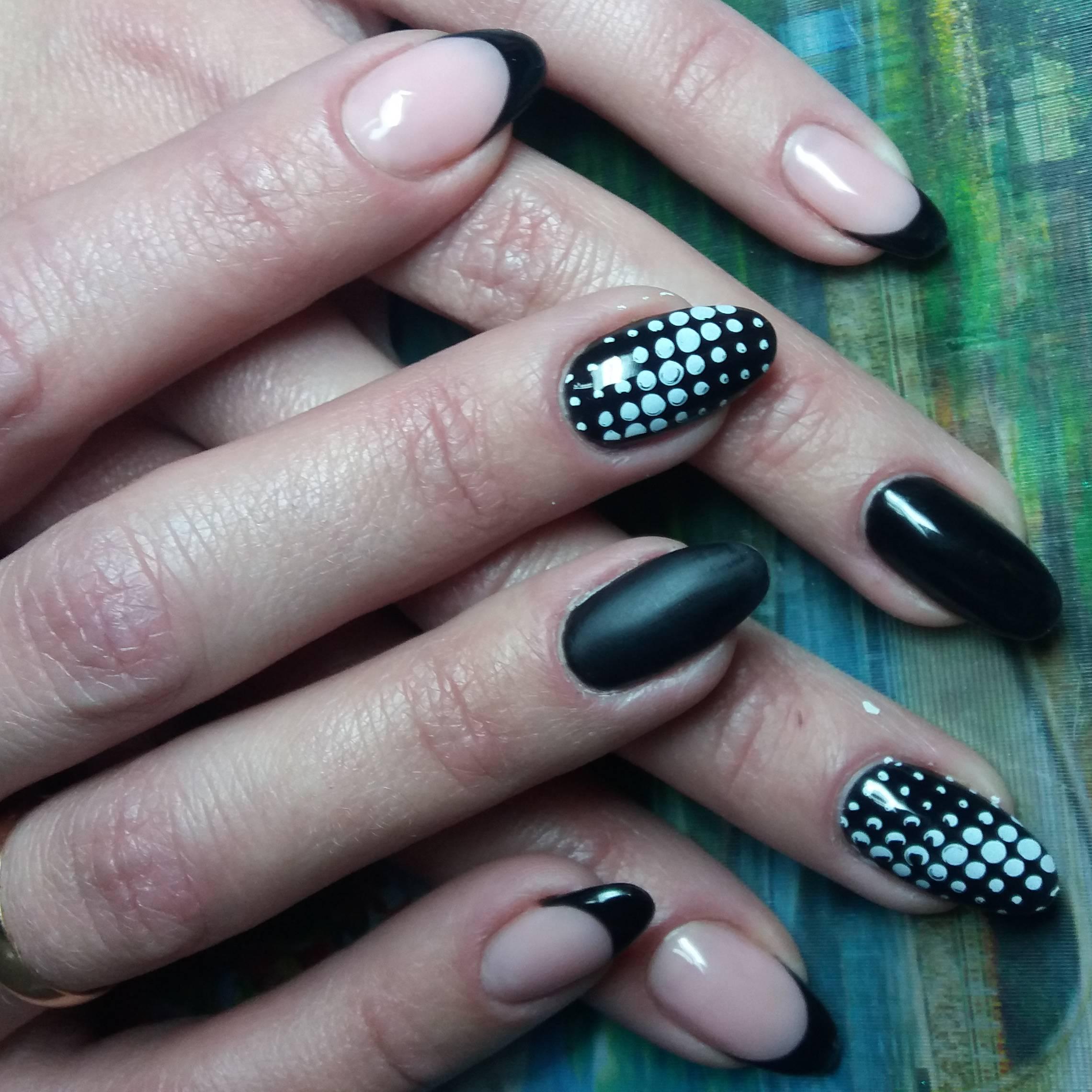 Черный маникюр с белыми точками