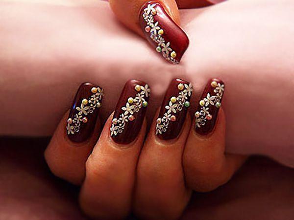 Длинные бордовые ногти с цветами