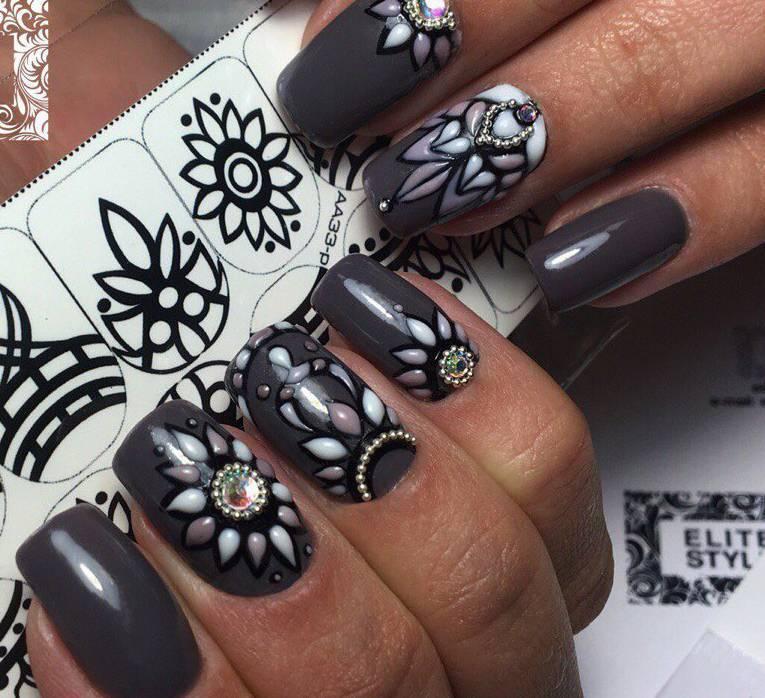 Серый маникюр с объемными цветами