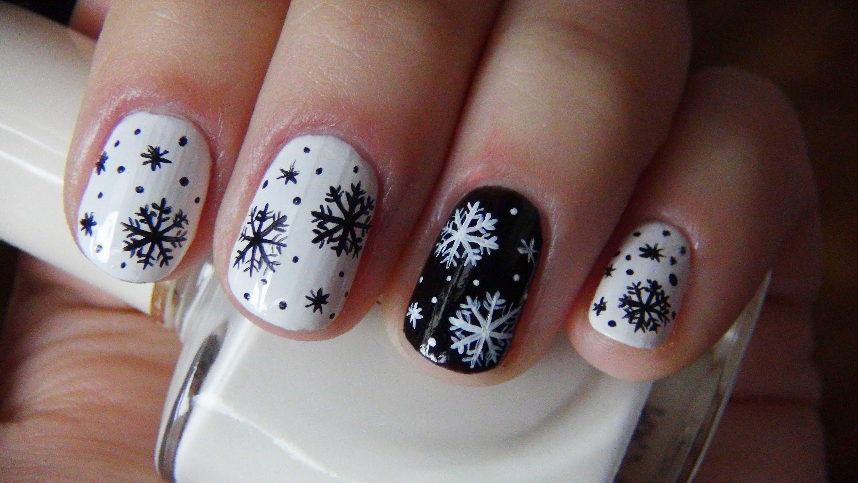 Снежинки на чёрно-белых ногтях
