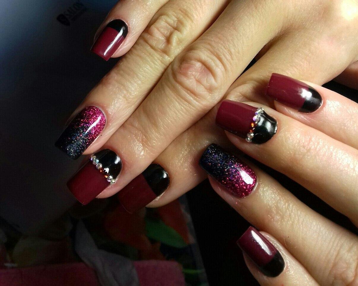 Бордово-чёрные ногти с блестками