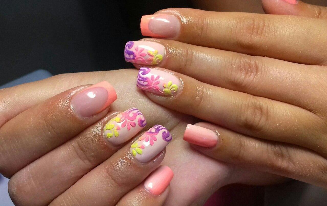 Красивый бархатный рисунок ярких цветов