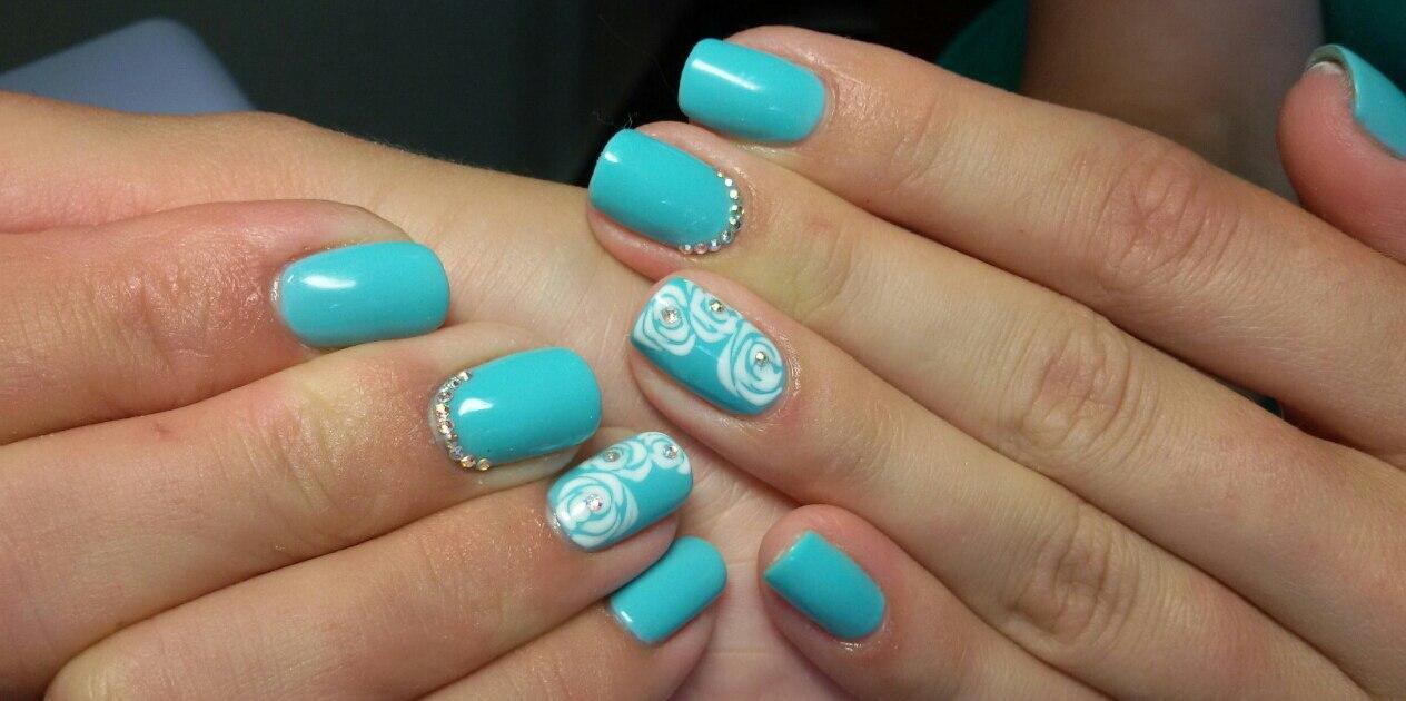 Голубой шеллак с белыми розами