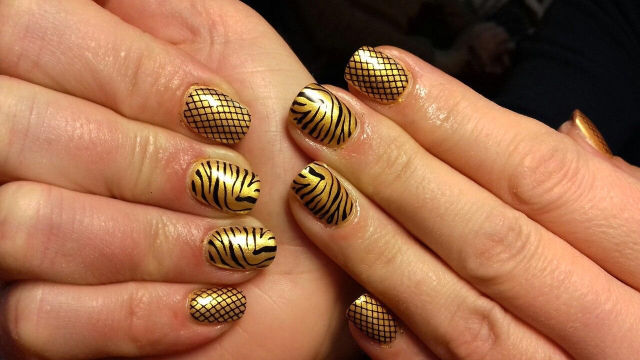 Тигровые ногти золотистого цвета