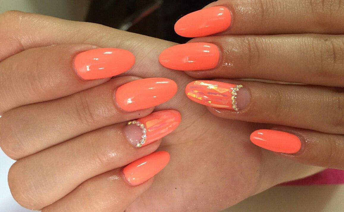 Битое стекло на длинных персиковых ногтях