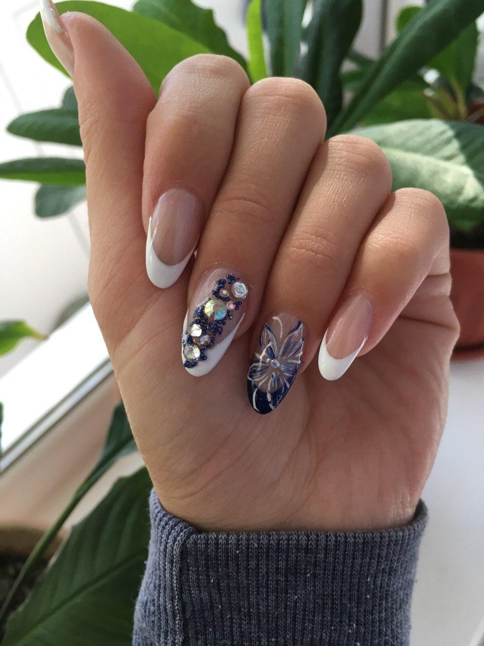 Дизайн с крупными стразами на ногтях