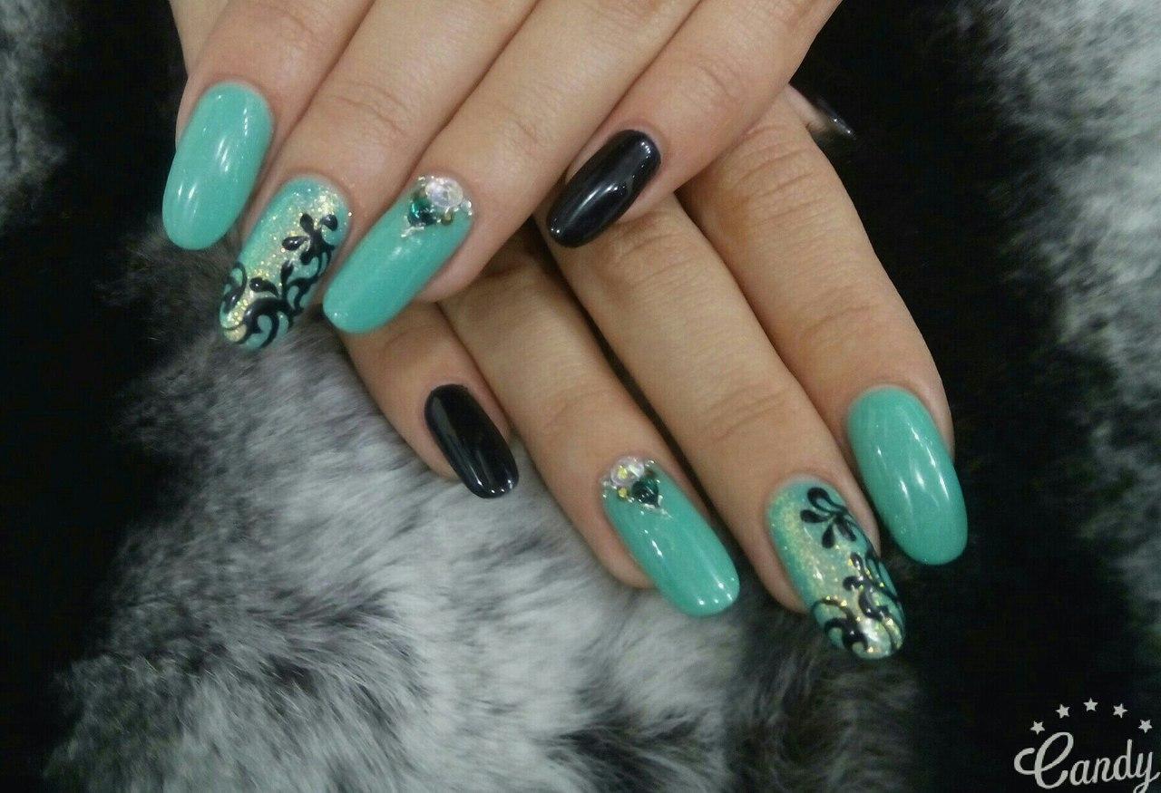 Длинные мятные ногти с узорами