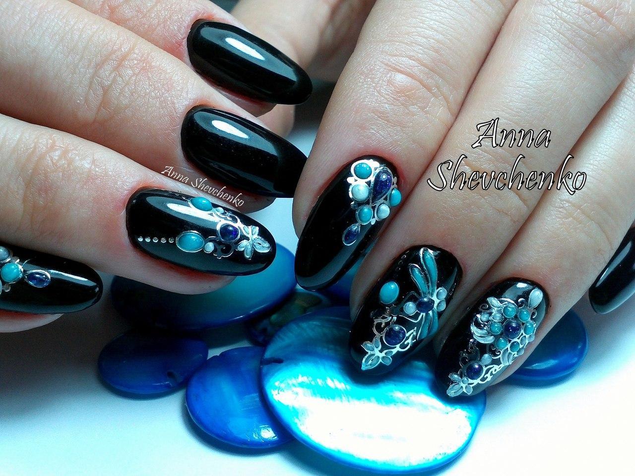Черный маникюр с великолепными голубыми камнями