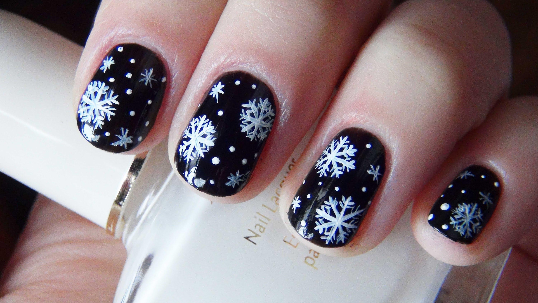 Черный маникюр с белоснежными снежинками