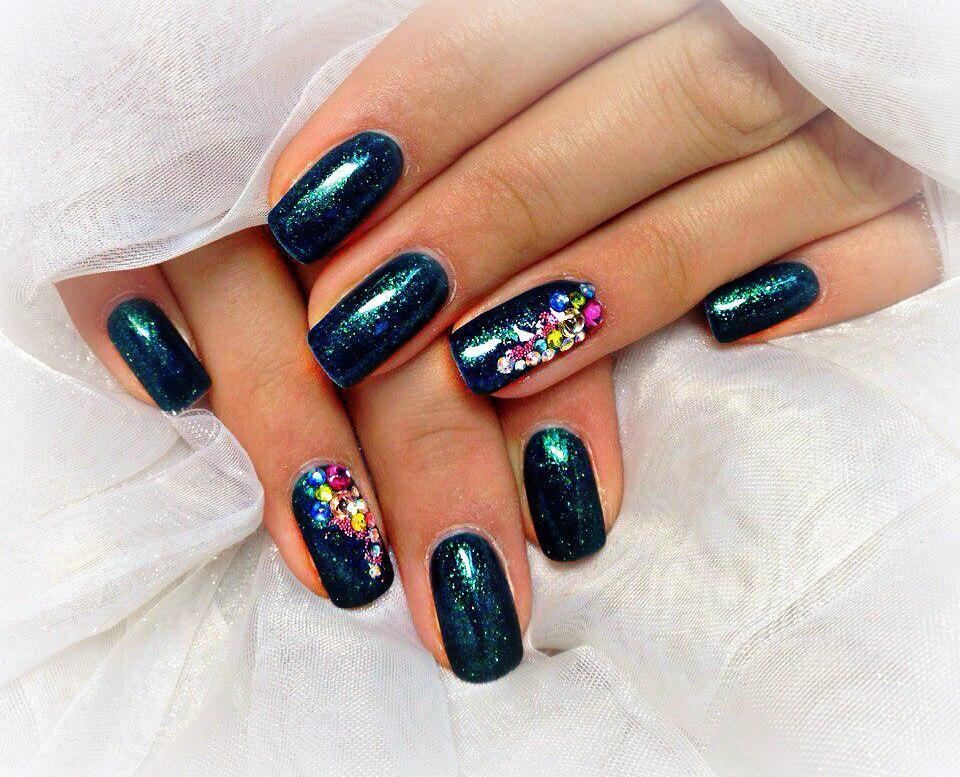 Темно-синие ногти с разноцветными стразами