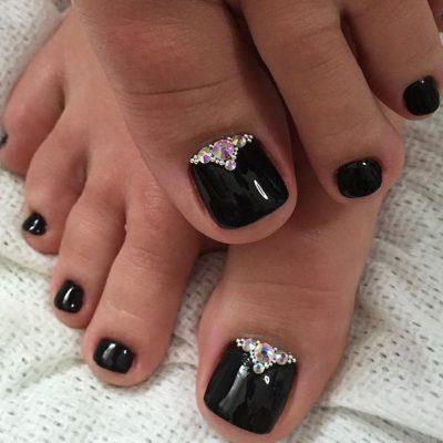 Дивный чёрный шеллак на пальчиках ног