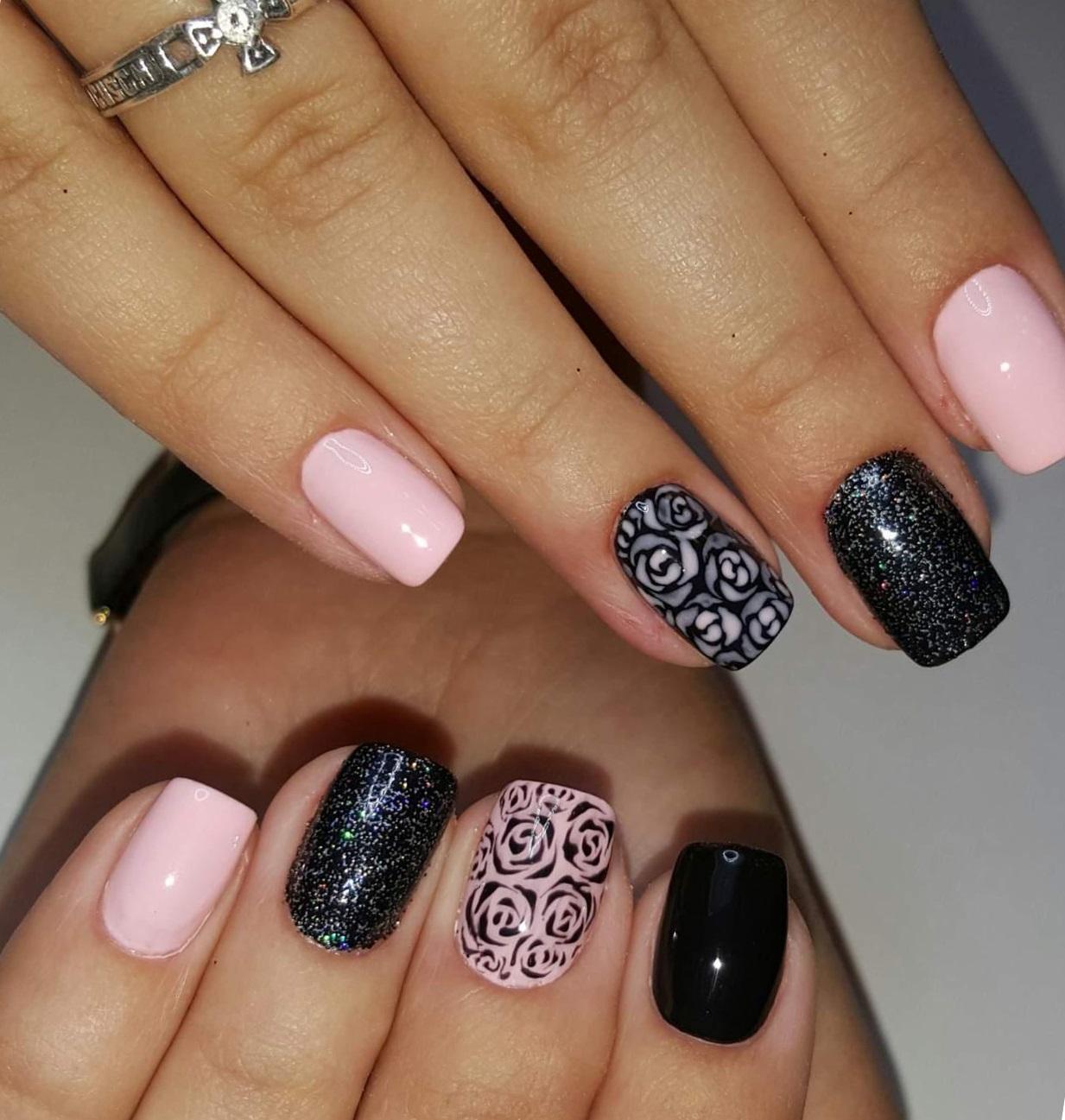 Черно-розовый маникюр с розами
