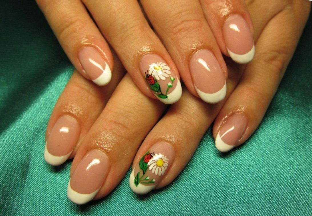 Весенний цветочный маникюр с белым френчем