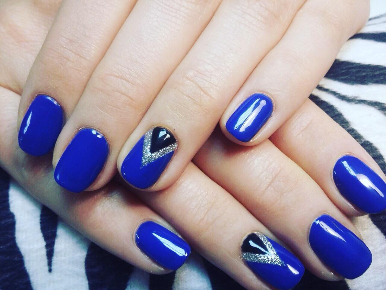 Треугольный лунный френч для синего маникюра