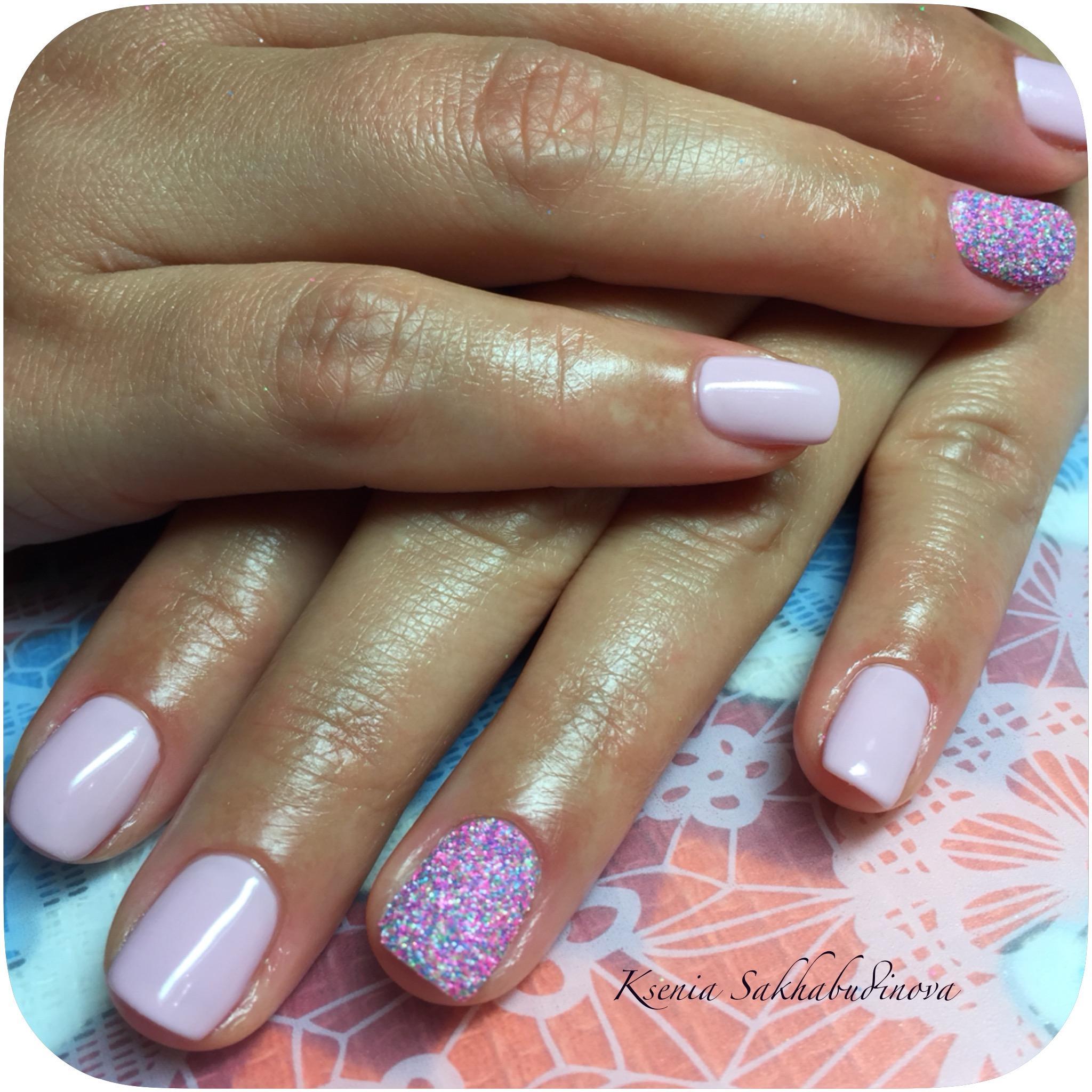 Белый шеллак в гармонии с розово-фиолетовым покрытием