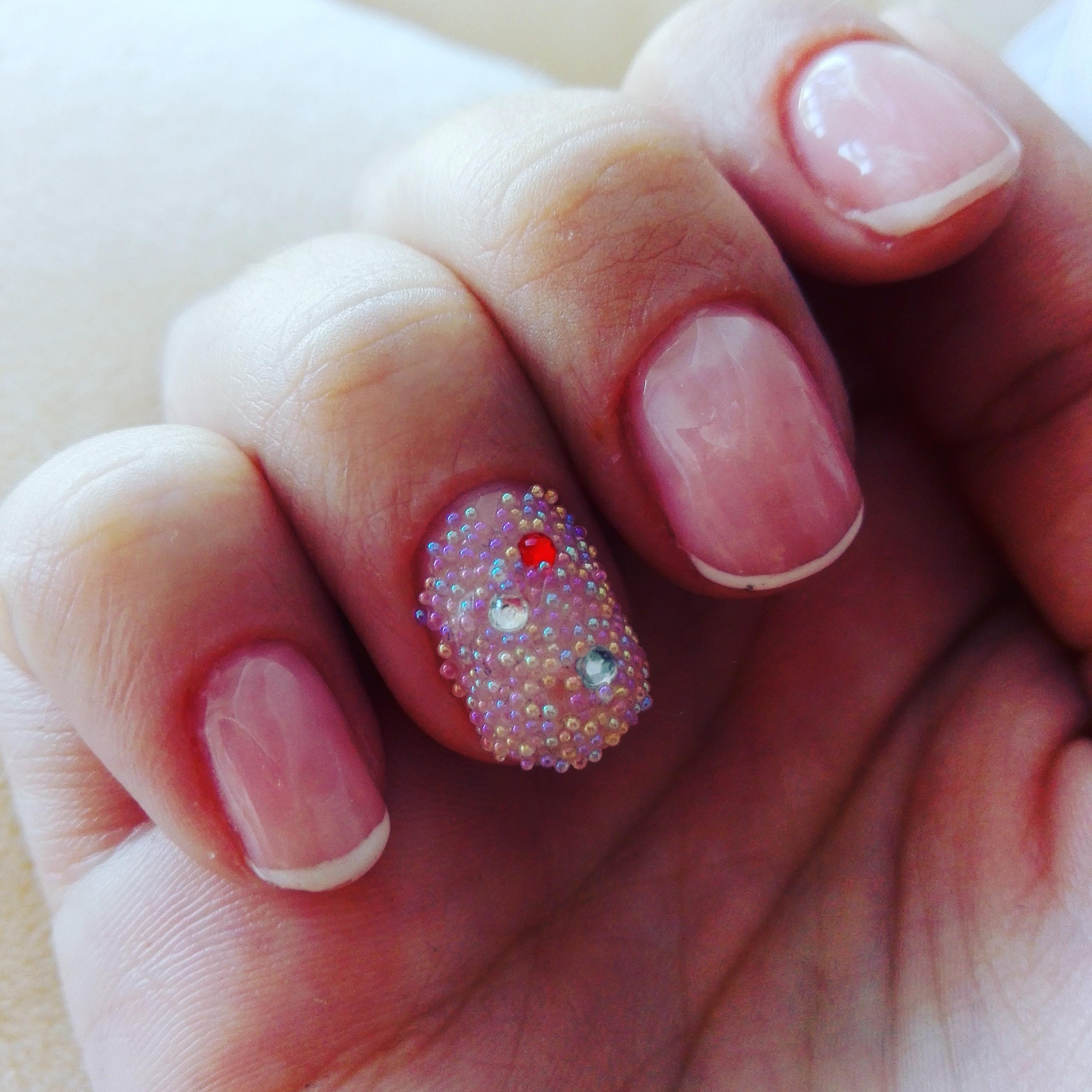 Бульонки и стразы для коротких ногтей