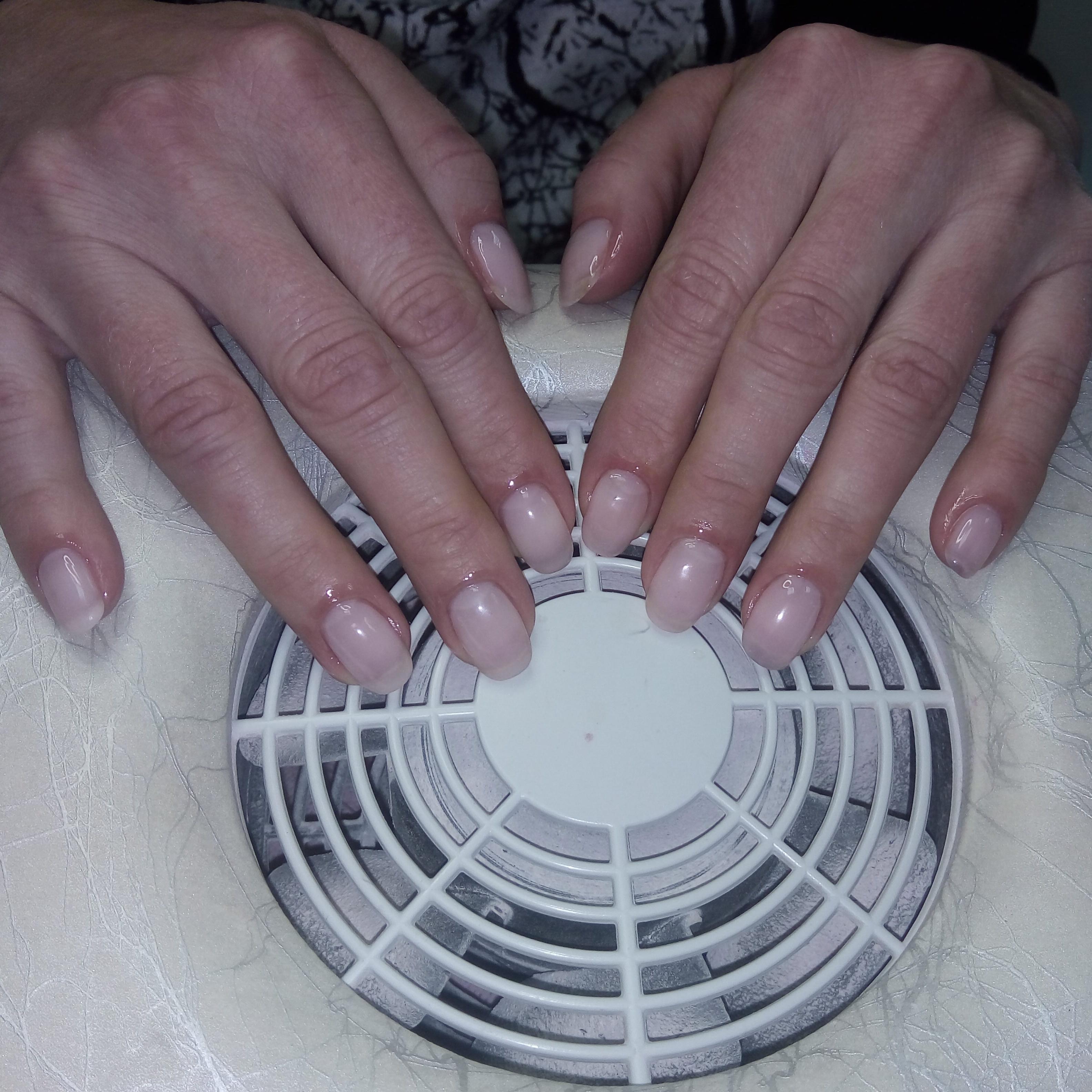 Простой нюдовый маникюр на средние ногти