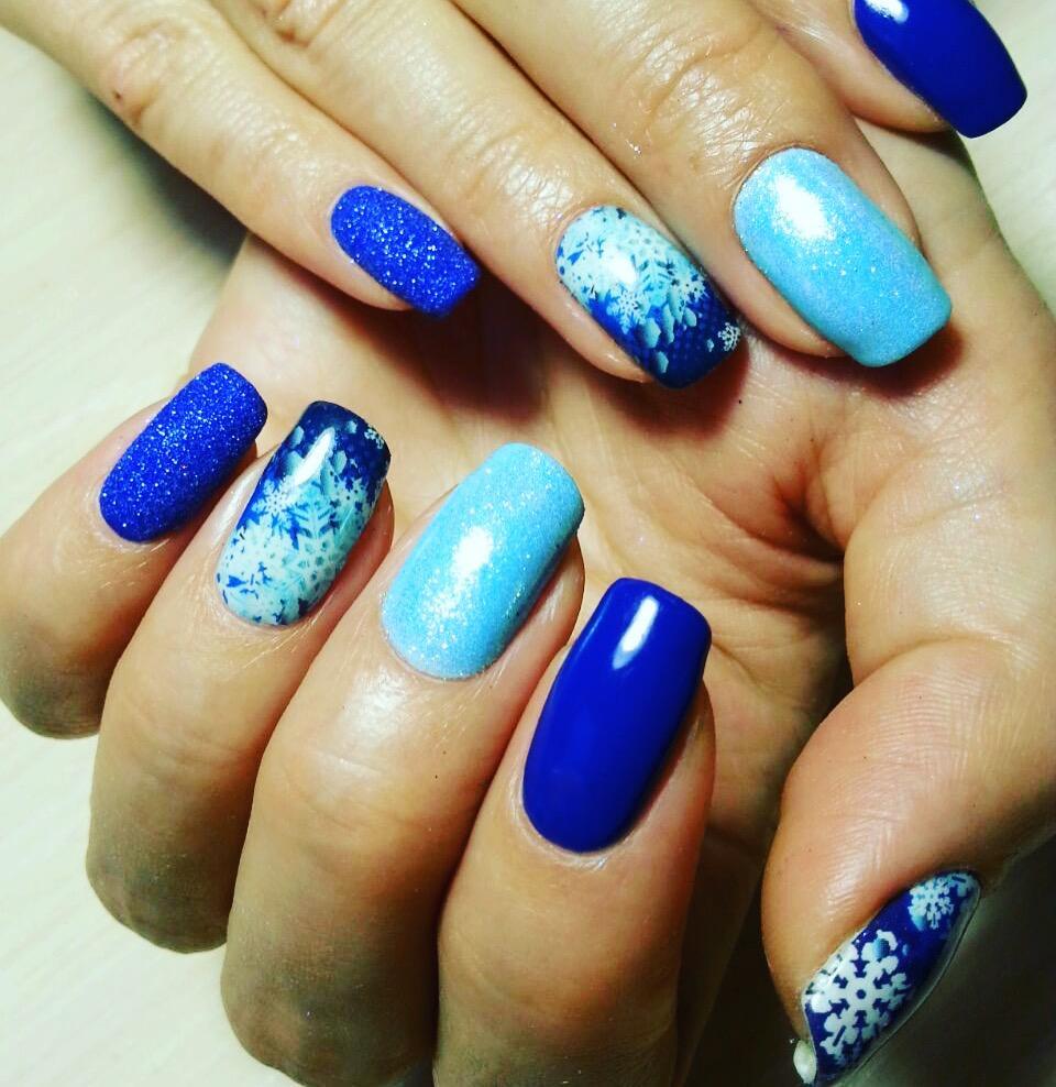 Великолепный сине-голубой зимний маникюр