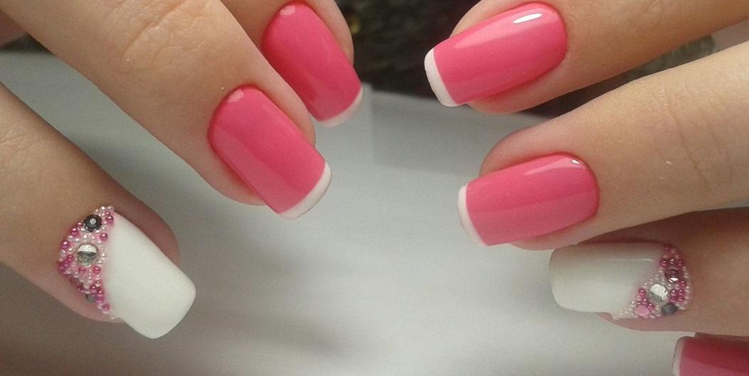 Нежный розовый маникюр с тонким френчем, бульонками и стразами