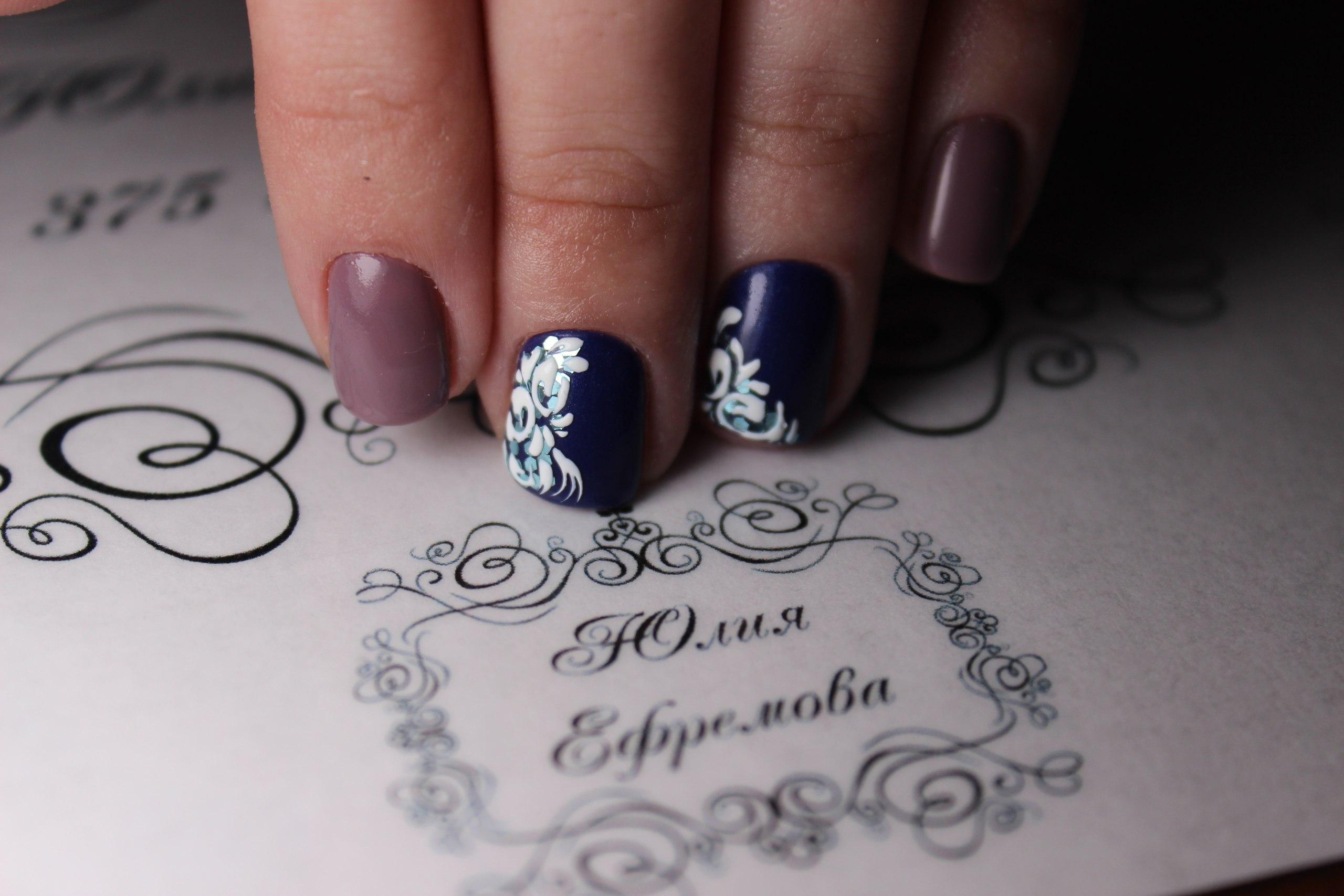 Кофейный с синим — маникюр на короткие ногти