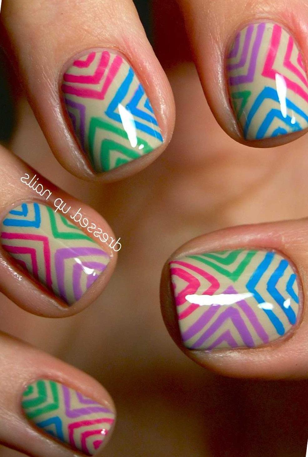 Цветные уголки для коротких ногтей