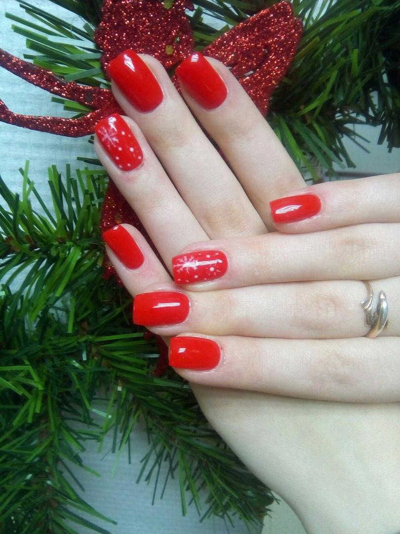 Красные ногти с новогодним настроением