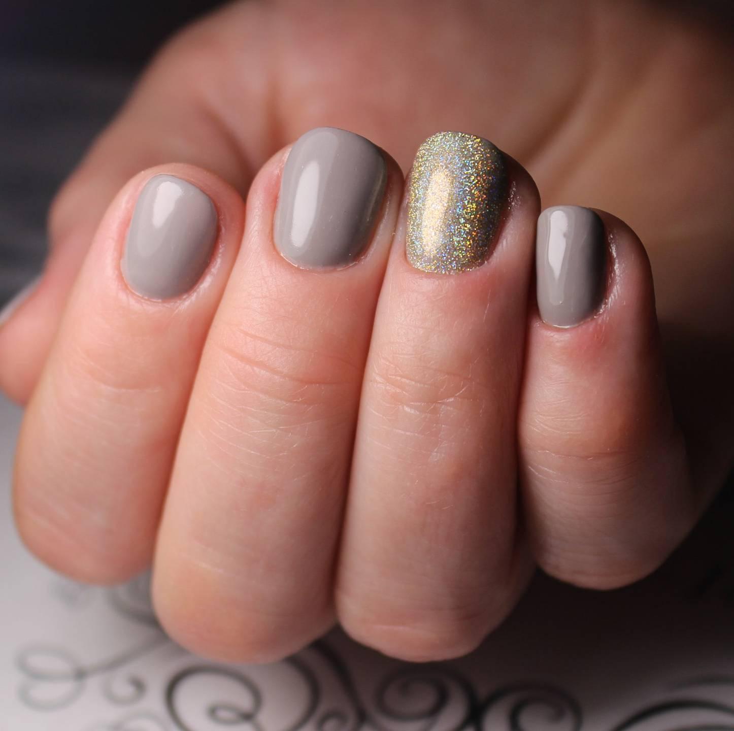 Спокойный серый маникюр с блестками