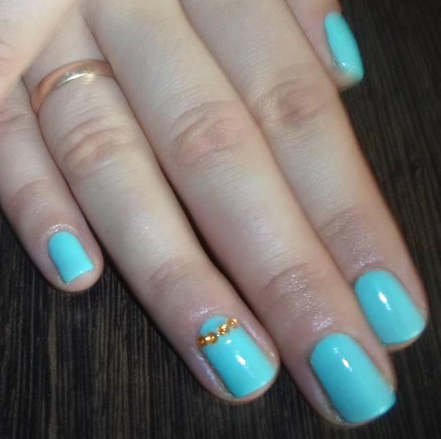 Голубой шеллак-маникюр на средние ногти