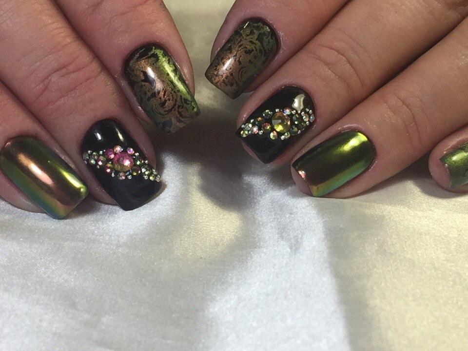 Прелестная зеркальная втирка зеленого цвета и камнями
