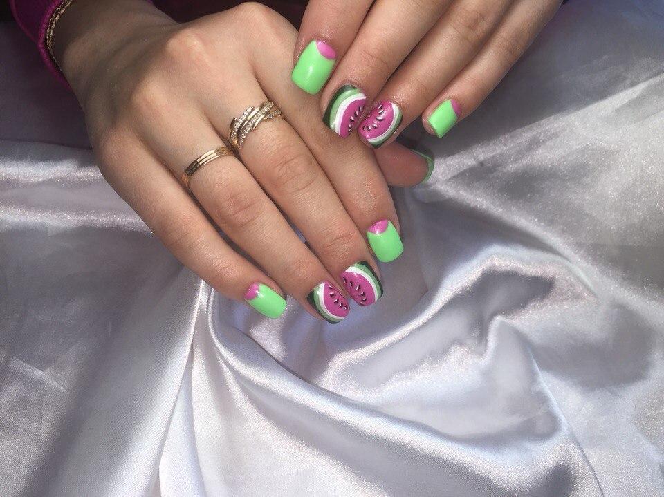 Вкусный арбуз на ногтях с лунным френчем