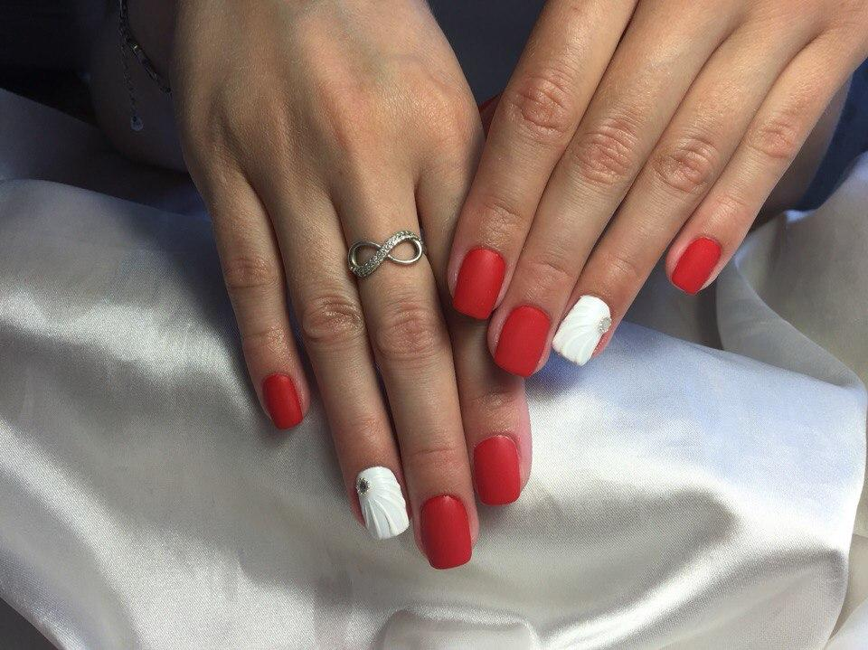 Фото красно-белого маникюра на короткие ногти.