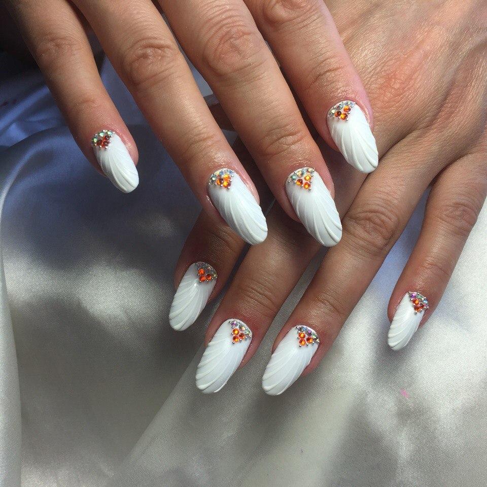 Свадебный белый маникюр с цветными стразами