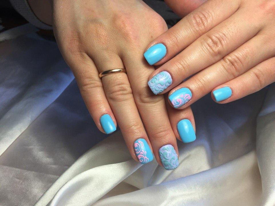 Бархатные завитушки на голубом лаке