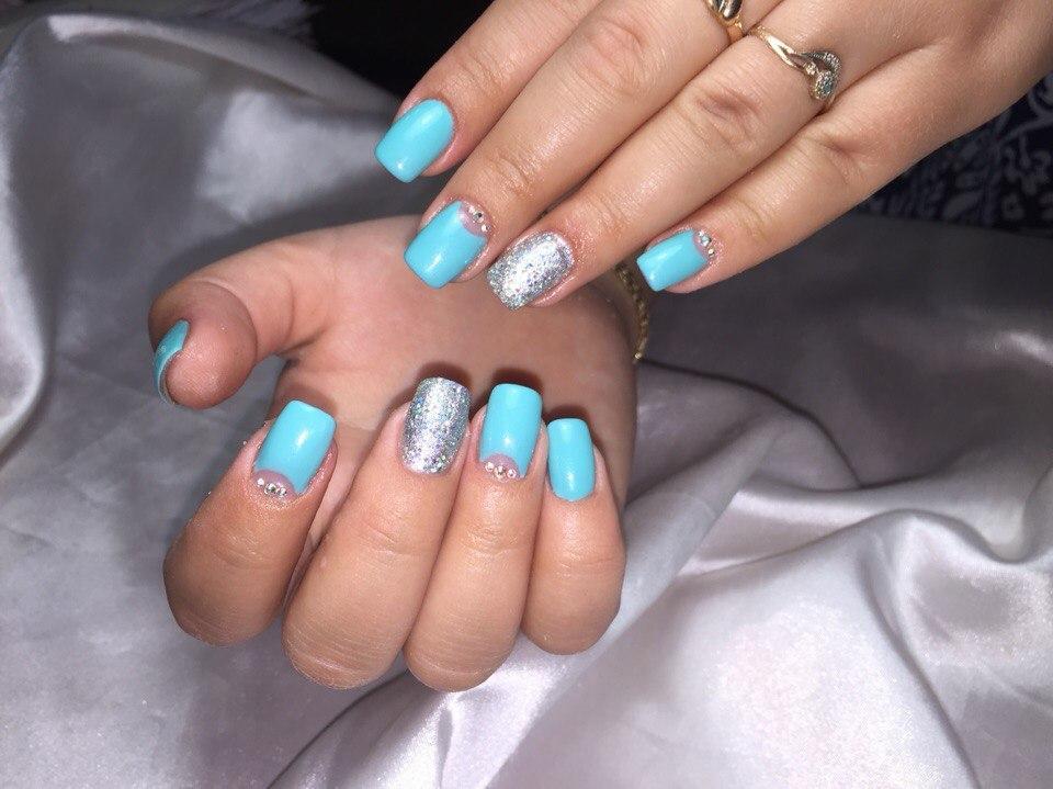 Серебристые блестки на голубом лунном маникюре