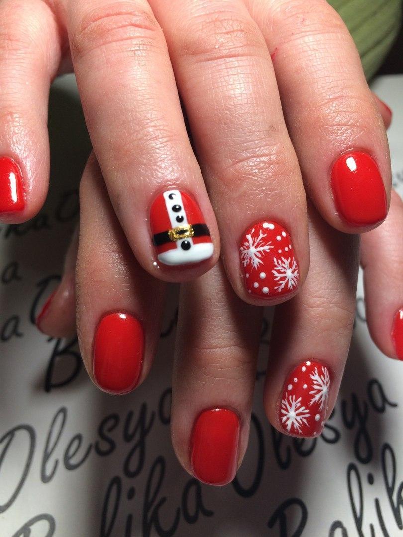 Новогодний красный маникюр со снежинками и росписью
