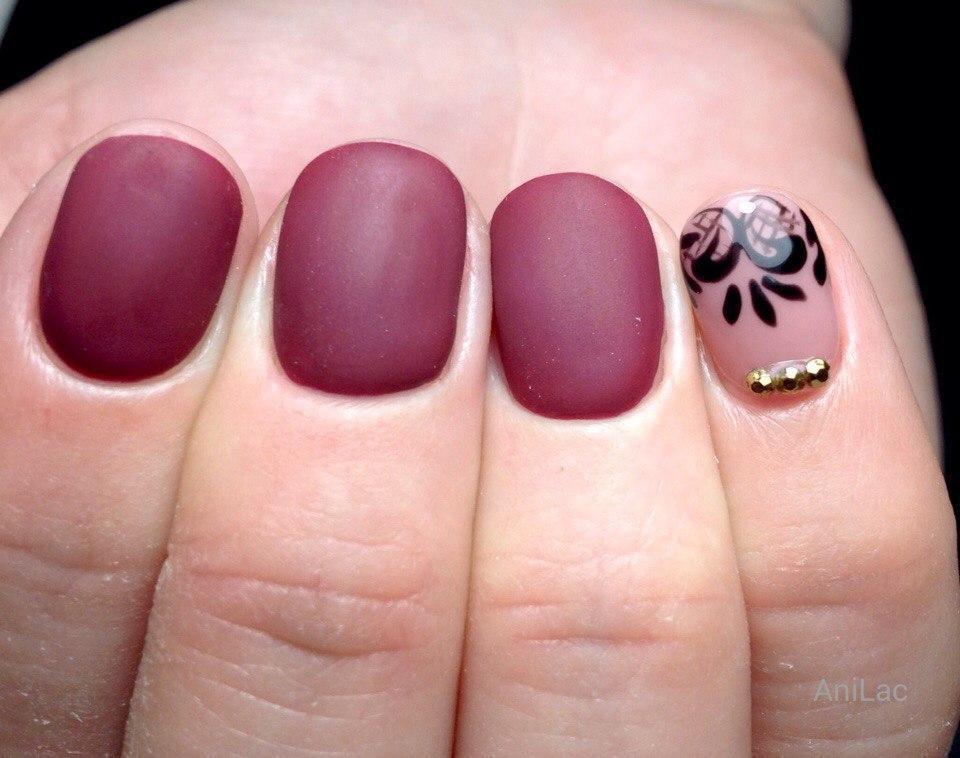 Матовый бордовый маникюр на короткие ногти