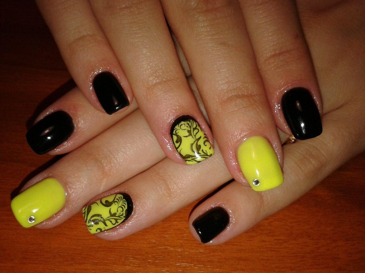 Завораживающий маникюр желтого цвета с узорами