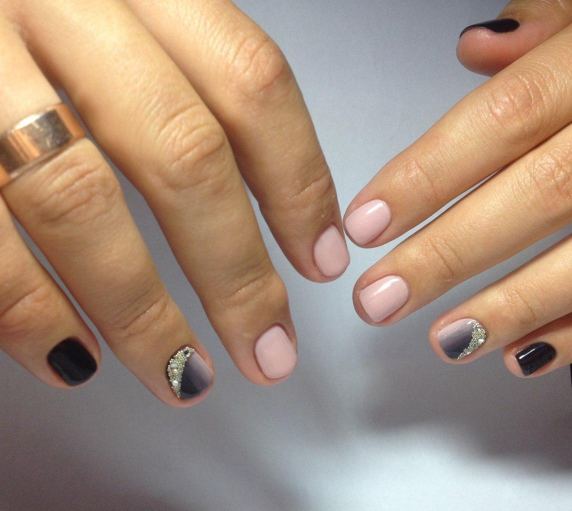 Омбре на короткие ногти с бульонками и стразами