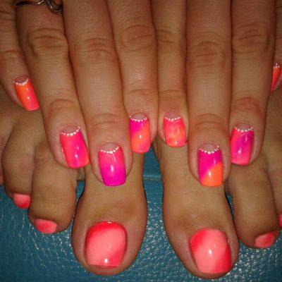 Яркие ногти с омбре на лето