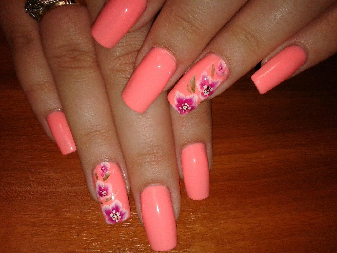 Маникюр на длинные ногти с яркими цветками