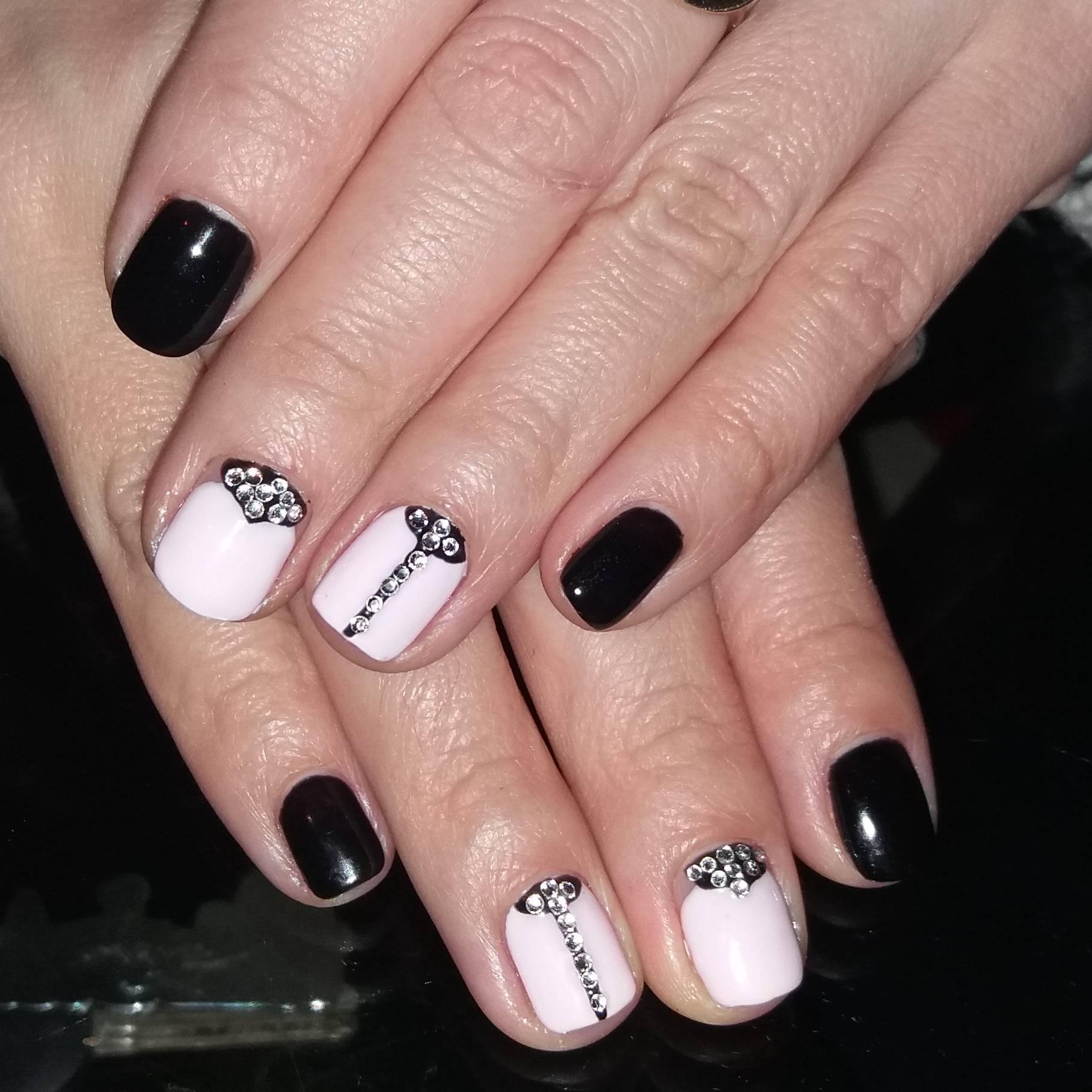 Черно-белый изящный маникюр