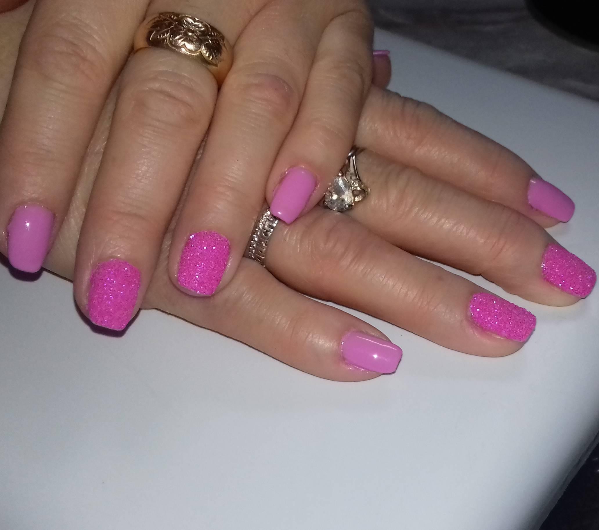 Сахарный розовый маникюр