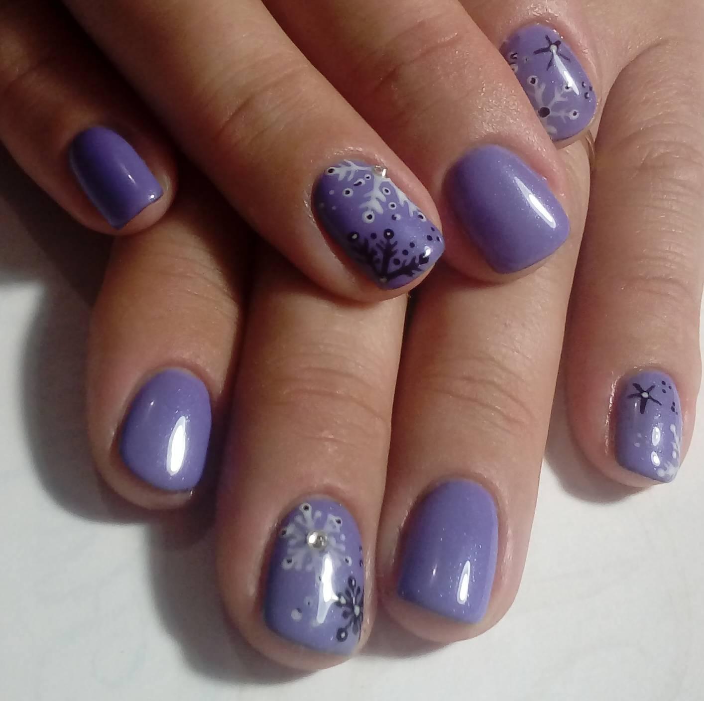 Фиолетовый маникюр с тонкими снежинками