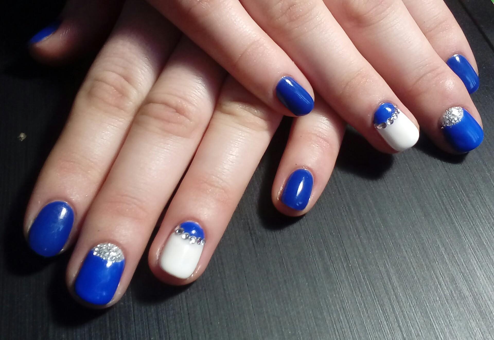 Зимний бело-синий маникюр с серебром