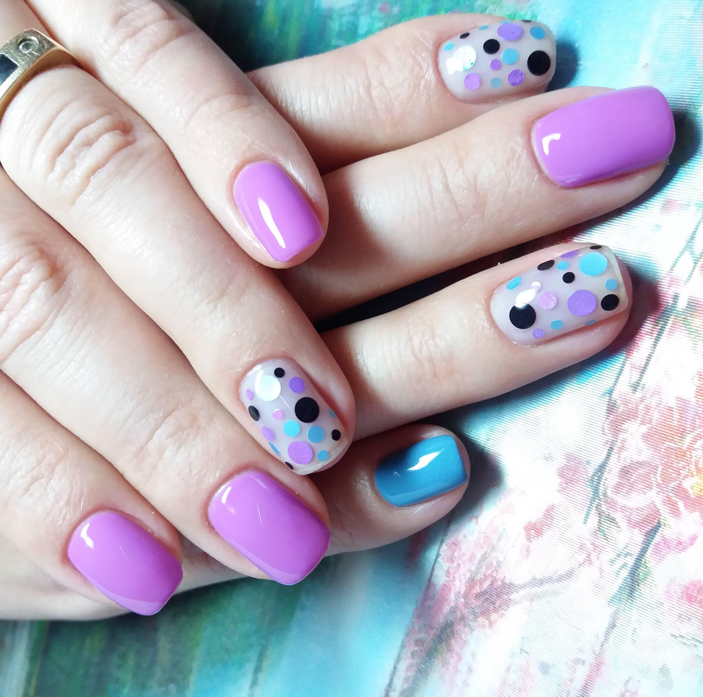 Фиолетовый маникюр с конфетти