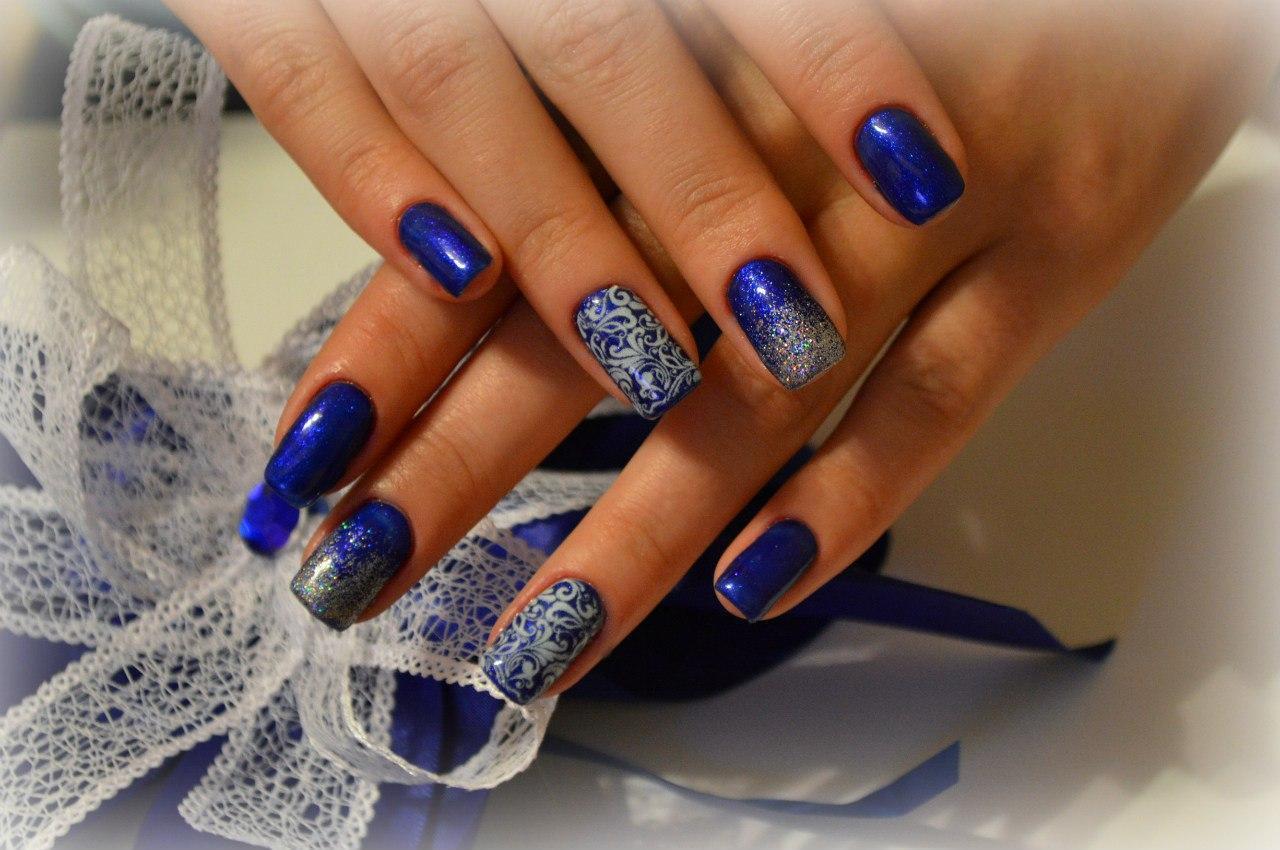 Синий гель-лак, слайдер-дизайн и блестки