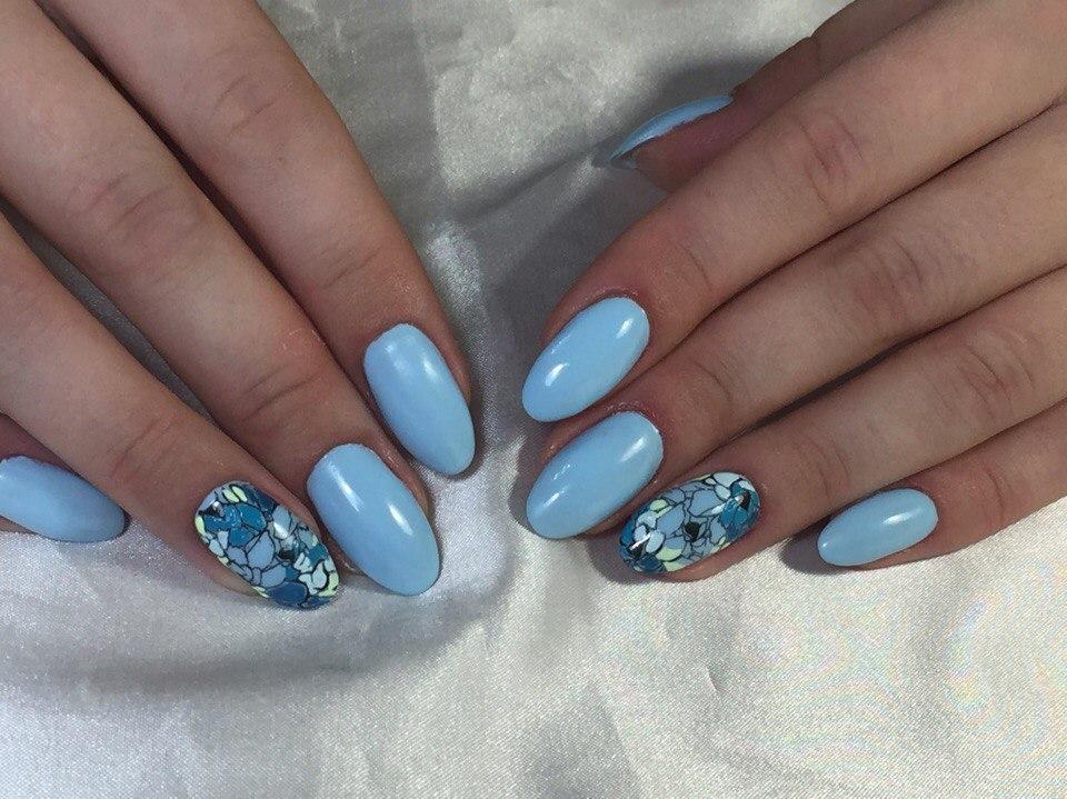Голубые ногти с граффити