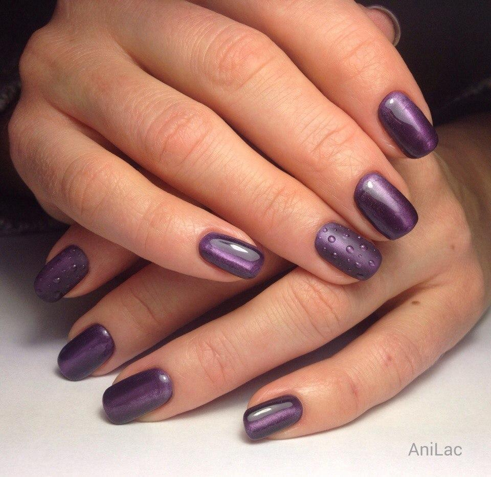 Капельки дождя на матовом фиолетовом лаке