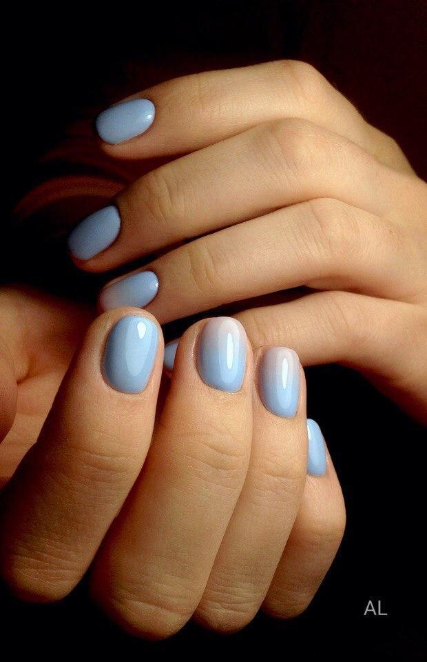Нежный градиентный маникюр голубого цвета