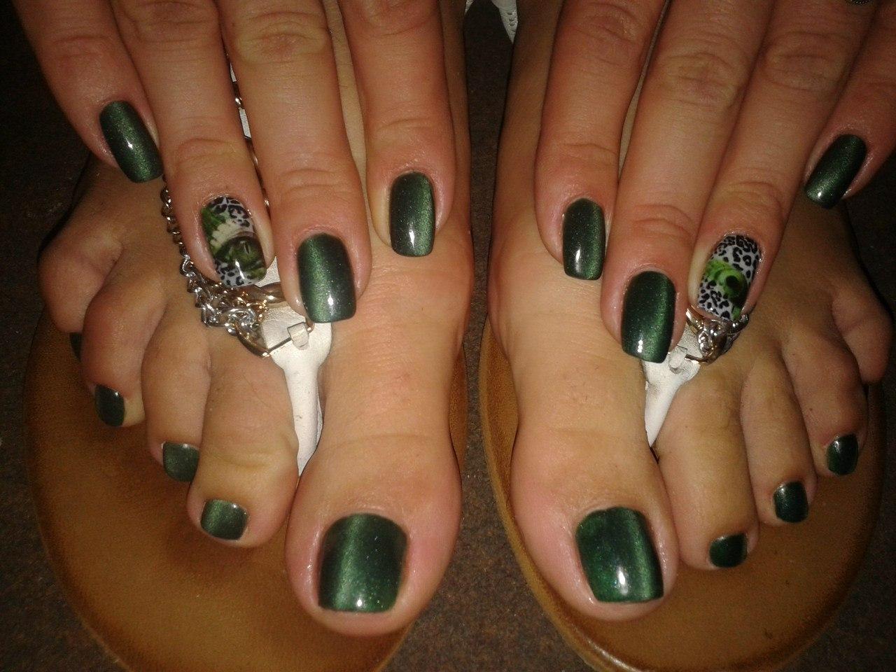 Зеленый кошачий глаз на пальчиках рук и ног